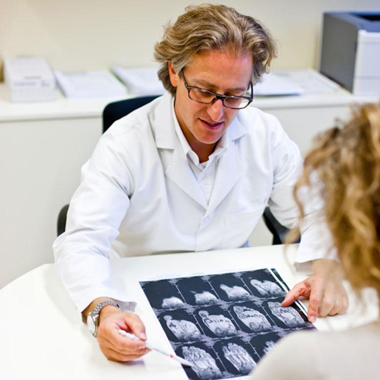Dr. Ivanic und Röntgenaufnahmen eines Fusses