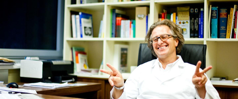 Dr. Ivanic am Schreibtisch